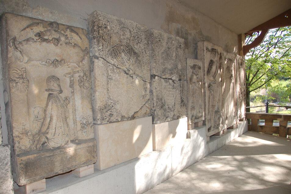 Hinter der Lutherkirche in Freital-Döhlen befindet sich die Denkmalhalle mit den Grabplatten.