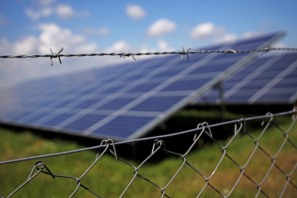 Einfache Maschendrahtzäune um Solarparks schrecken die Diebe nicht ab, heißt es vom LKA. Die Kriminalisten empfehlen zweieinhalb Meter hohe Doppelstabgitter-Mattenzäune.