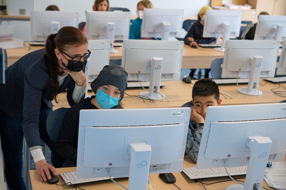 In der vierten Klasse lernen die Kinder verstärkt, am Computer zu arbeiten. Emiljo (Mitte) hat da manchmal noch seine Probleme. Maria Koch muss helfen.