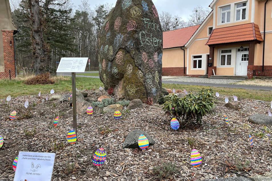 Ein Findling hat sich in Wiednitz in ein riesiges Osterei verwandelt.