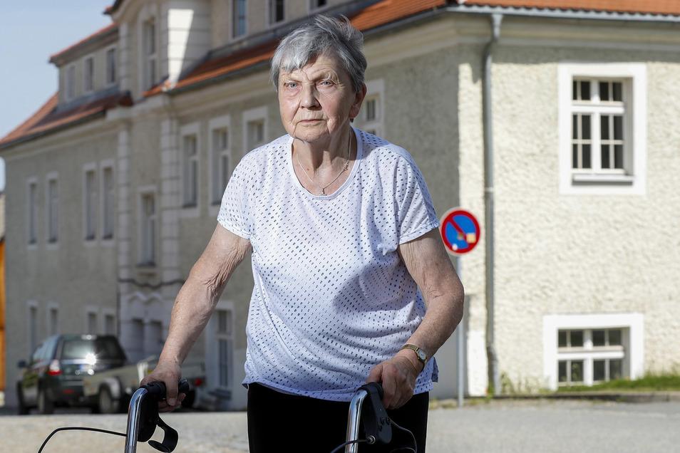 Lonie Pfennig lebte mehr als 70 Jahre in dem Haus hinter ihr. Jetzt regieren da die Bauarbeiter und machen ein Ärztehaus daraus.