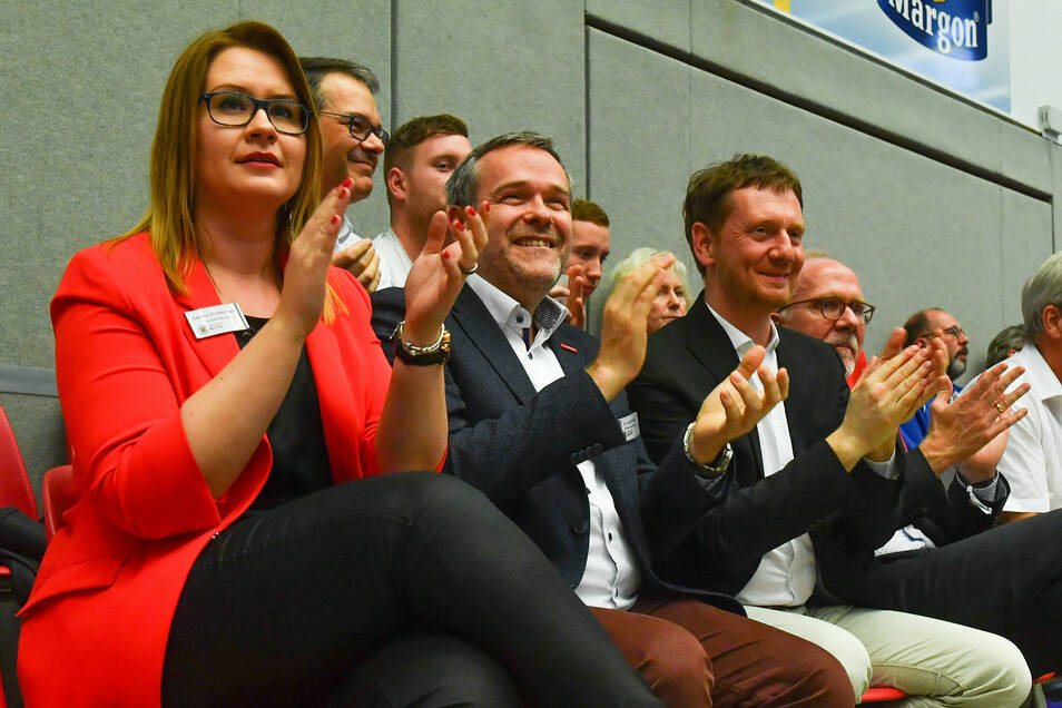 Am Rande der Herrenriege: Sandra Zimmermann neben DSC-Volleyball-Chef Jörg Dittrich, Sachsens Ministerpräsident Michael Kretschmer und DSC-Präsident Wolfgang Söllner.