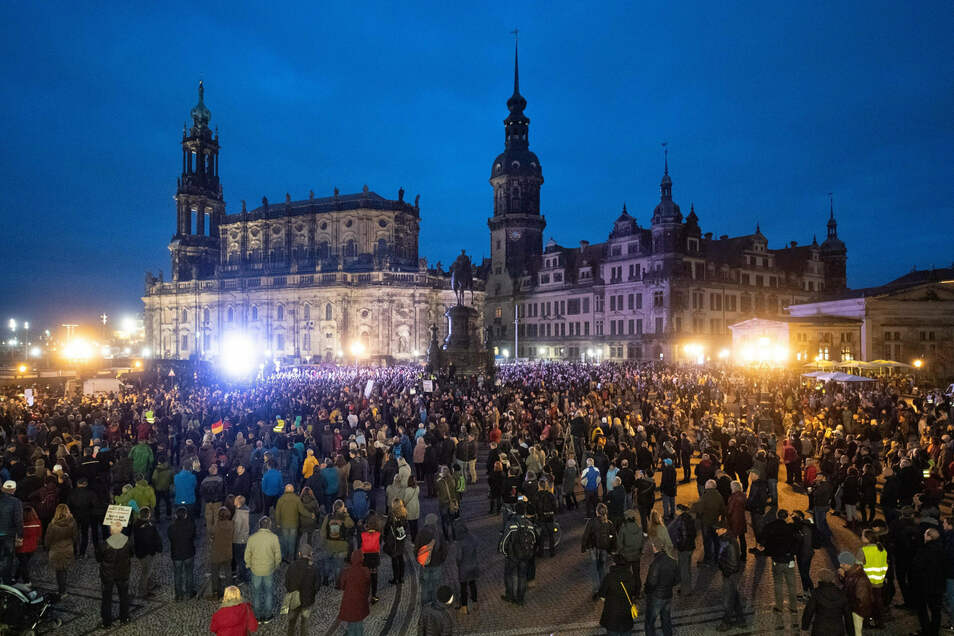 """Teilnehmer einer Demonstration von """"Querdenken 351"""" versammeln sich am 31. Oktober auf dem Dresdner Theaterplatz."""