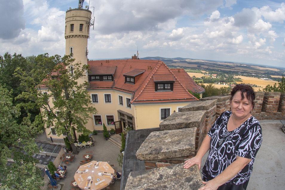 Bergwirtin Rosita Vogt auf dem Aussichtsturm auf der Landeskrone.