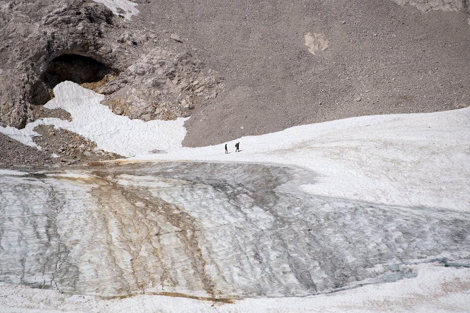 Bayern, Garmisch-Partenkirchen: Ausflügler wandern auf der Zugspitze über den Gletscher.