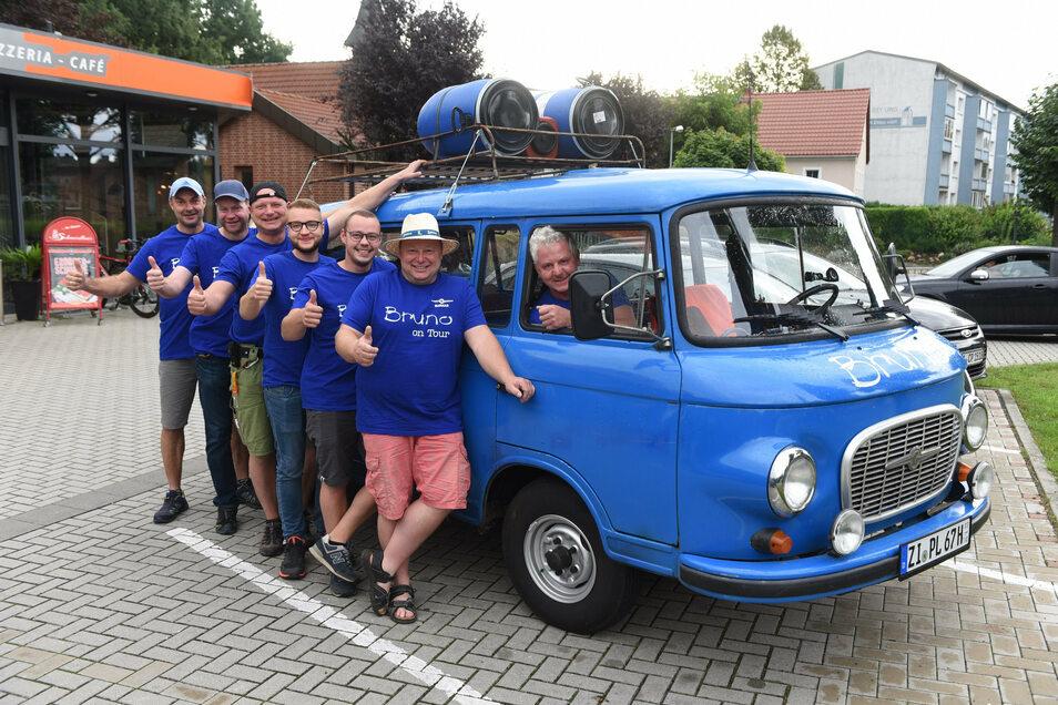Sieben Oberseifersdorfer machen eine Barkas-Tour entlang der B96 von Zittau bis Sassnitz. Zum Bruno-Team gehören (von links) Uwe Strietzel, Axel Schröter, Ronny Löwe, Kevin Gowinkowski, Jonas Volke, Torsten Günther und Thomas Volke (im Auto).