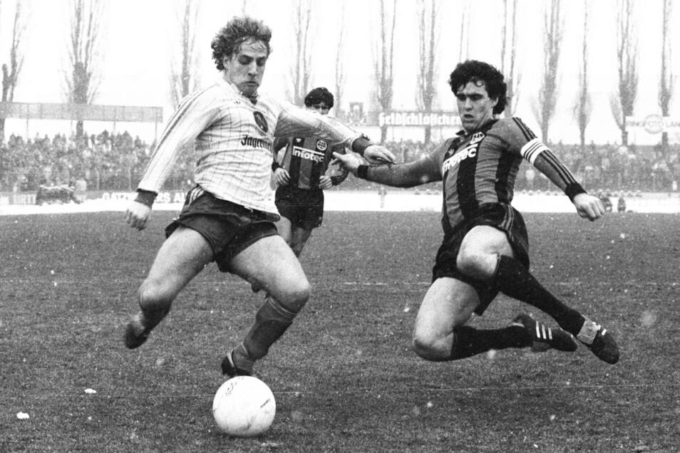 Für Dynamo bestritt Peter Lux 1990 nur fünf Spiele in der letzten Oberliga-Saison. Danach kehrte er zu Eintracht Braunschweig zurück, wo er bereits bis Mitte der 1980er-Jahre gespielt hatte – hier im Zweikampf mit Frankfurts Bruno Pezzey (r.).