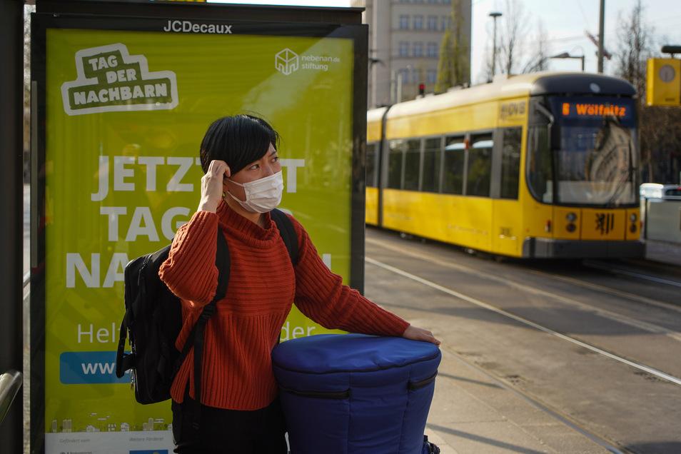 Die Mundschutzpflicht bleibt auch in Bussen und Bahnen bestehen. Die fahren ab kommendem Montag aber wieder häufiger.