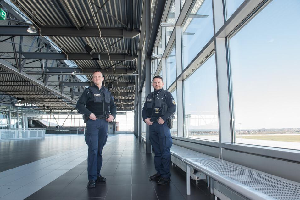 Holger Uhlitzsch und Thomas Bergel von der Bundespolizei inspizieren die menschenleere Besucherplattform des Airports.