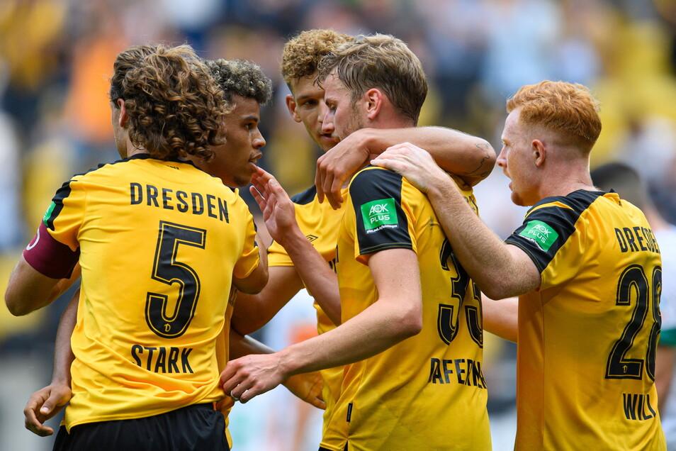Der 3:0-Sieg gegen Werder Bremen ist eine Teamleistung. Dennoch ragt der Doppeltorschütze Christoph Daferner (Mitte) etwas heraus.