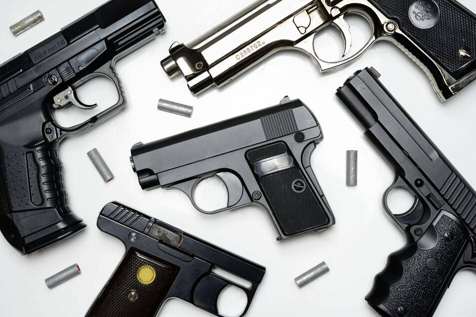 Bei einer Wohnungsdurchsuchung wurden am Donnerstag in Bischofswerda 30 Waffen gefunden.