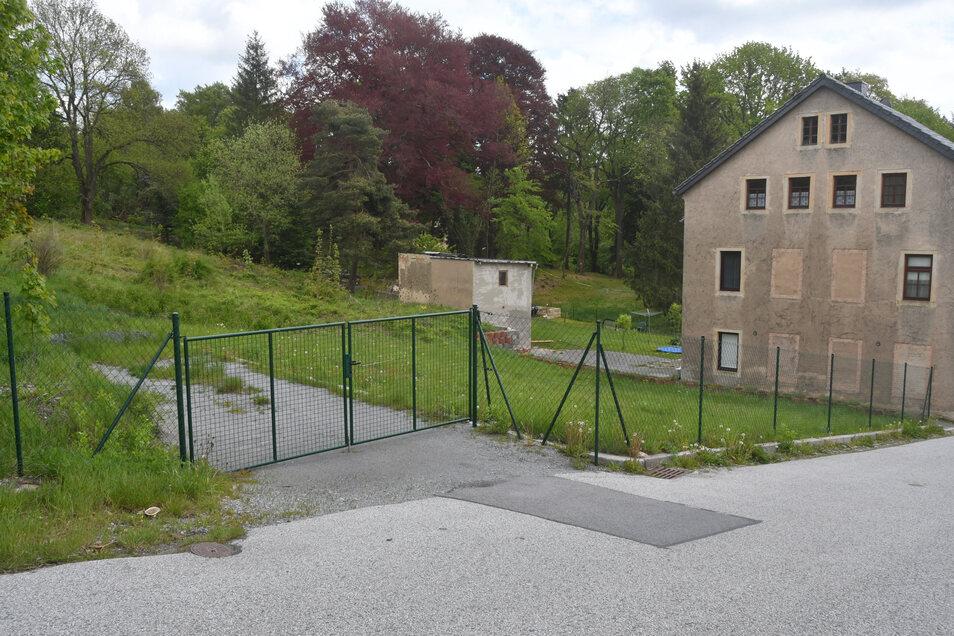 Auf der Brache (links) am Burggäßchen in Sebnitz soll eine Werkstatt für Suchtkranke entstehen.