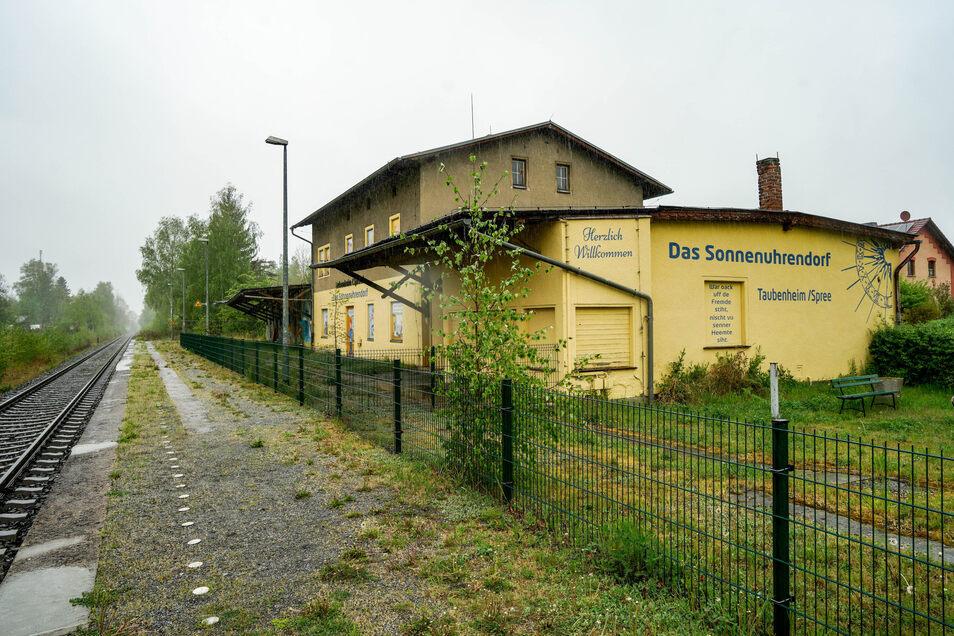 Der Taubenheimer Bahnhof wird nicht mehr genutzt, liegt aber mitten im Ortszentrum. Die Gemeinde will die Immobilie erwerben und entwickeln.