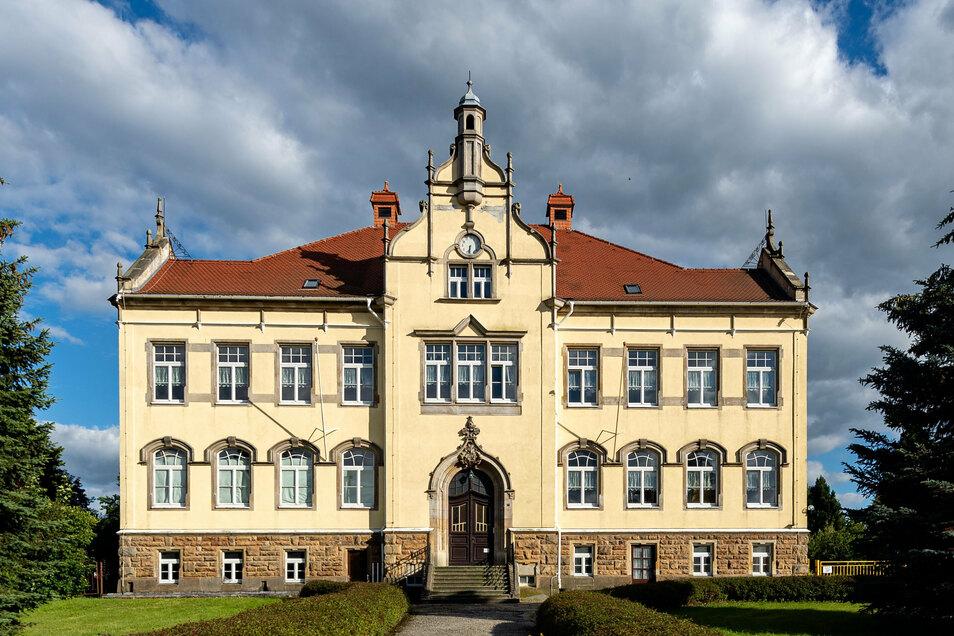 Als Domizil für eine Oberschule nicht geeignet: Das alte Gebäude der evangelischen Grundschule Langburkersdorf.