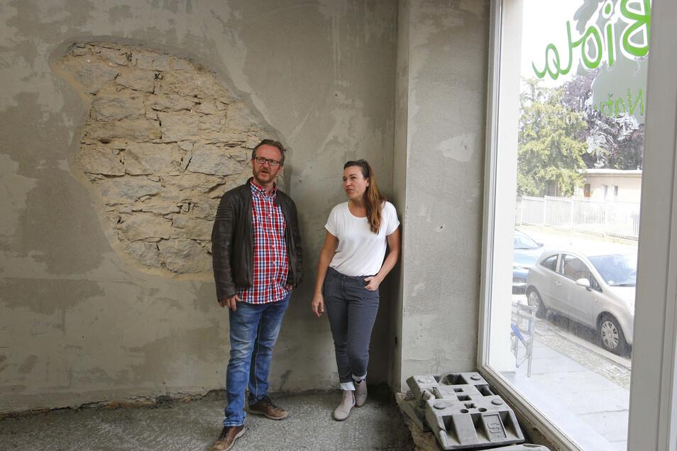 Hausbesitzer Enrico Schneider und City-Managerin Anne Hasselbach tüfteln gemeinsam an der Idee für ein Hostel an der Poststraße in Kamenz.