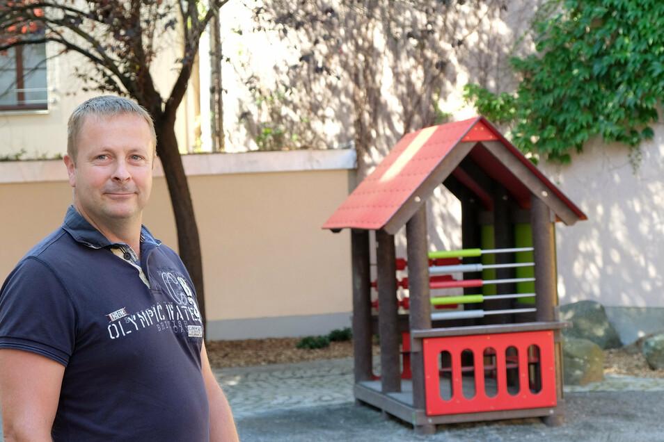 Thomas Fritzsche vom städtischen Bauhof vor dem neuen Spielhäuschen.