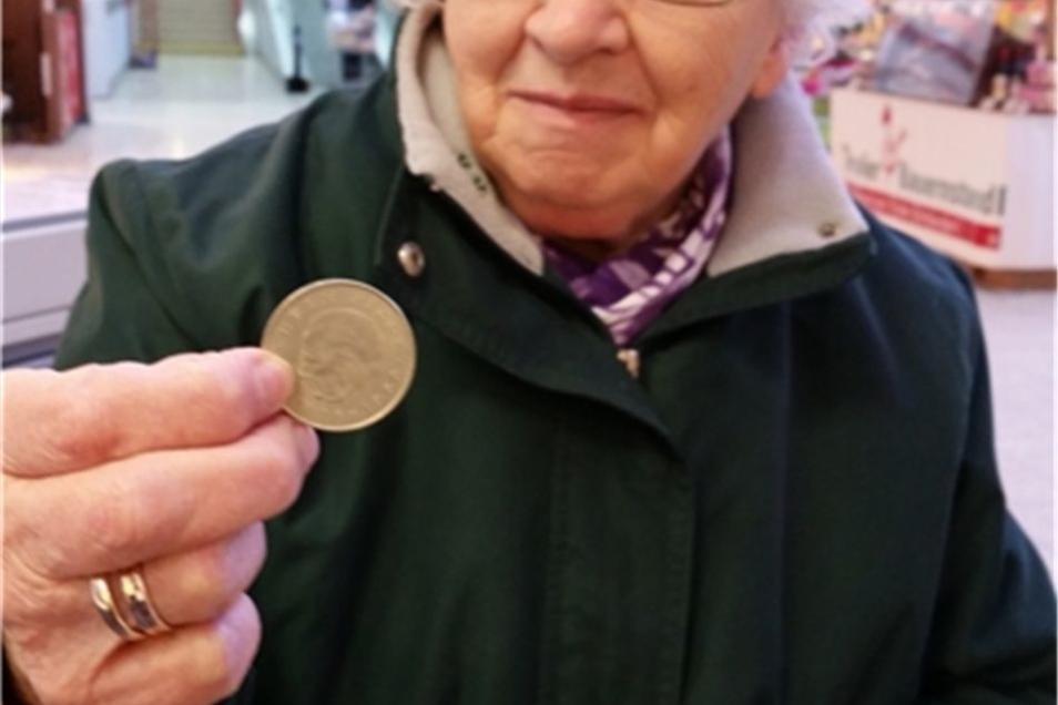 Renate Raupach aus Dürrhennersdorf mit einem 20-DDR-Mark-Stück.Geld ist und bleibt Geld