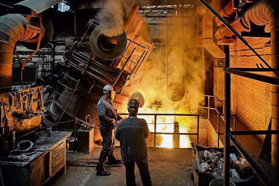 Es ist der archaische Moment eines fast vergangenen Industriezeitalters, wenn im Pirnaer Edelstahlwerk die rund 1.700 Grad heiße Stahlschmelze in die Pfanne gegossen wird.
