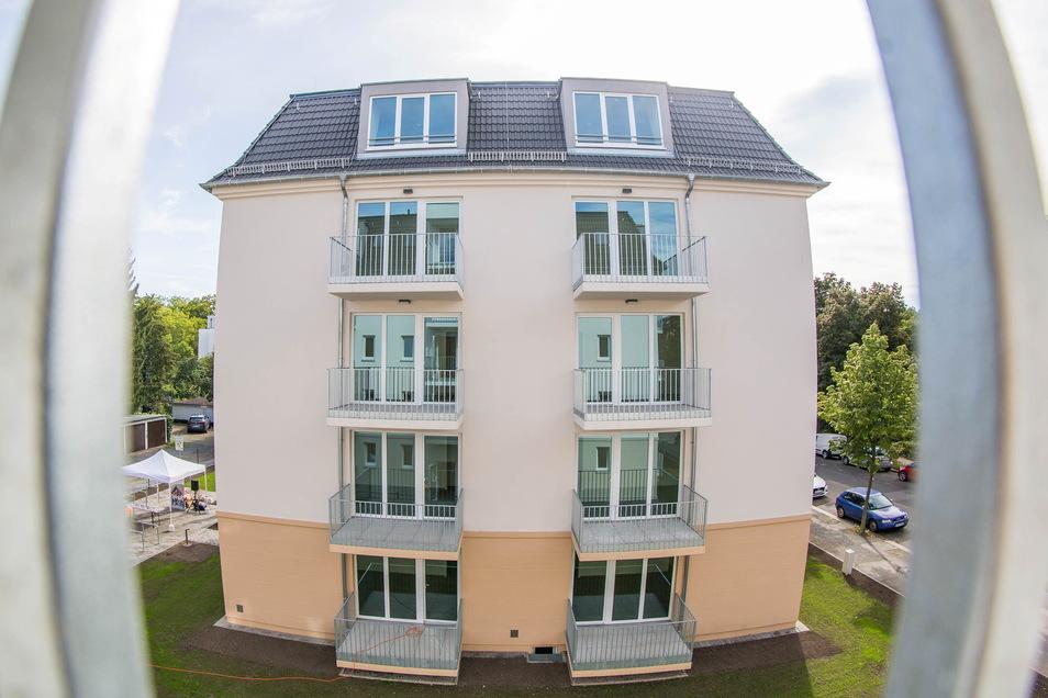 Das ist eines der zwei neuen Häuser, die auf einem ehemaligen Garagenhof in Striesen entstanden sind, orientiert an den typischen Kaffeemühlenhäusern.