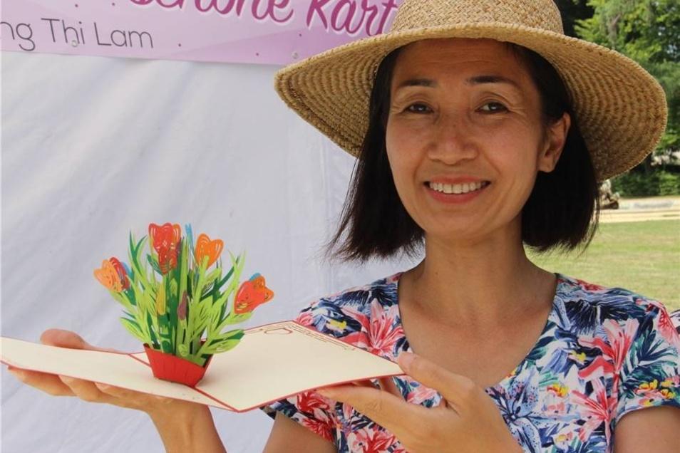 Wenn Truong Thi Lam ihre Glückwunschkarten aufklappt, kommen Blumen, aber auch Schiffe, Sehenswürdigkeiten oder andere schöne Dinge in 3D zum Vorschein. Die Kunst, Papier zu filigranen Kunstwerken zu schneiden, hat die Dresdnerin in ihrer Heimat Vietnam erlernt.