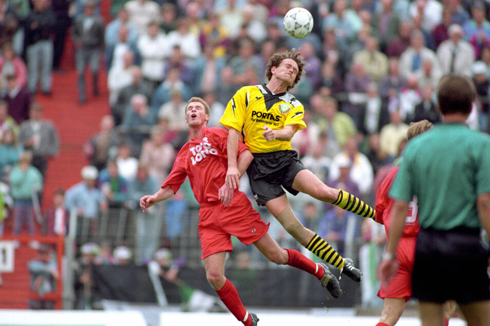 Seine Kopfballstärke war ein Trumpf: Olaf Marschall behauptet sich im Luftduell gegen Jörg Uwe Klütz (l.) von Hannover 96.