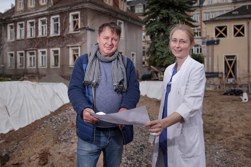 Bauleiter Tilo Berger erklärt der Ärztlichen Leiterin Meike Grübmeyer, welche Bauarbeiten demnächst geplant sind. Sie wird mit ihrer Urologie-Praxis Ende 2022 ins neue Ärztehaus einziehen.