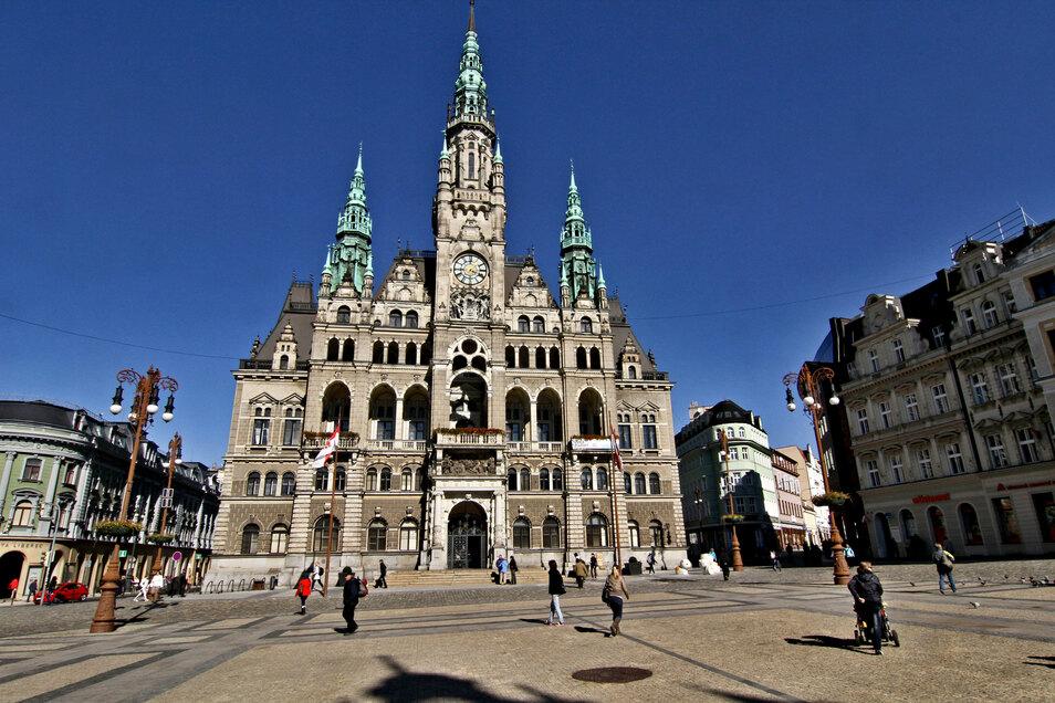 Blick auf das Rathaus und den Marktplatz in Liberec.