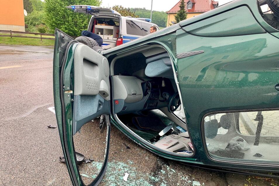 Auf dem Dach landete dieser Toyota nach einer Kollision mit einem weiteren Auto.