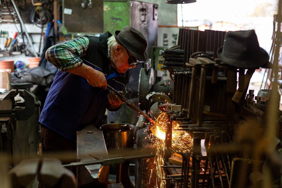 Altmeister Willi Woggon, jetzt 77, begründete die Werkstatt 1979 mit einer Spezialität, dem Schmieden von Steinmetzwerkzeug.