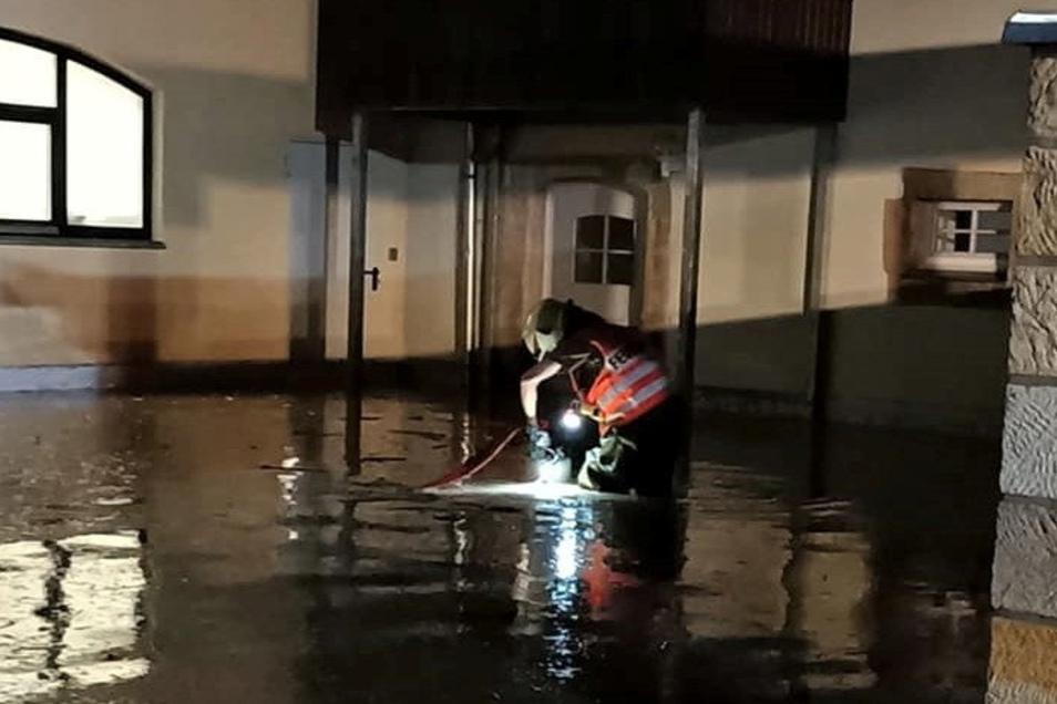Nächtlicher Einsatz: Die Feuerwehr pumpt in der Nacht zum 17. Juli 2021 Wasser von einem überfluteten Grundstück in Pirna-Neundorf.