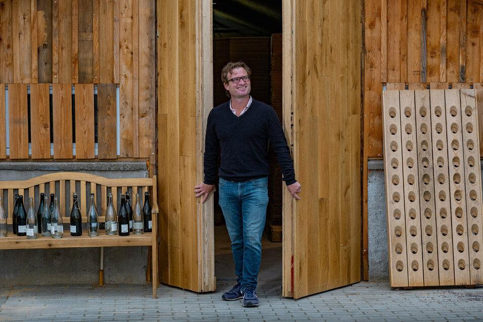 Jacques du Preez vor seiner Sektmanufaktur – einem alten Gewächshaus. Er stellt Sekt nach der Champagner-Methode her.
