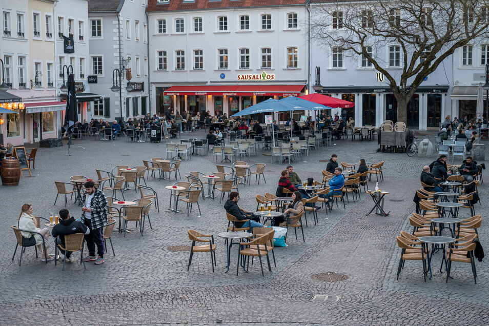 """""""Wer sich zum Kaffee in der Fußgängerzone trifft, muss niemanden in sein Wohnzimmer einladen"""": Im Rahmen des sogenannten Saarland Modells darf Außengastromomie seit dieser Woche unter Auflagen wieder öffnen."""