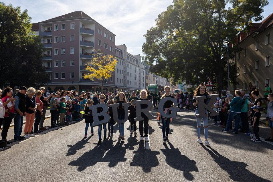 Jeder der 15 Stadtteile war bei der Parade vertreten.