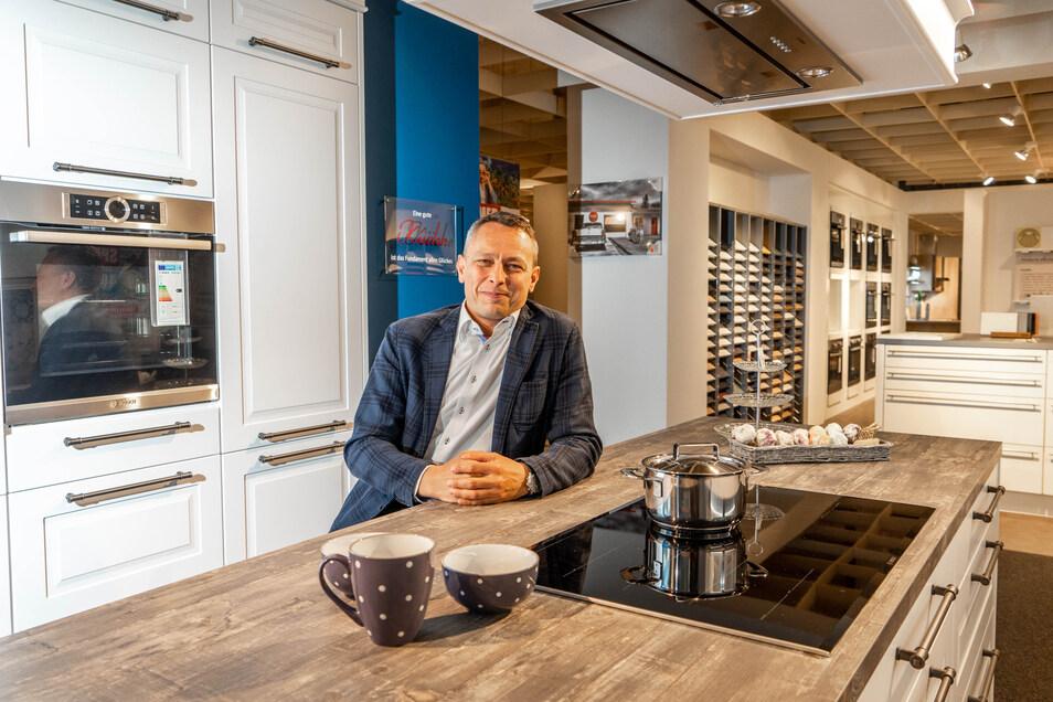 Geschäftsführer Tommy Fietze steht im Küchenfachmarkt von Multi-Möbel an der Neusalzaer Straße in Bautzen. Weil die rund 720 Quadratmeter große Küchenabteilung als eigenständige GmbH firmiert, darf dieser Teil des Möbelmarktes öffnen, alles andere nicht.