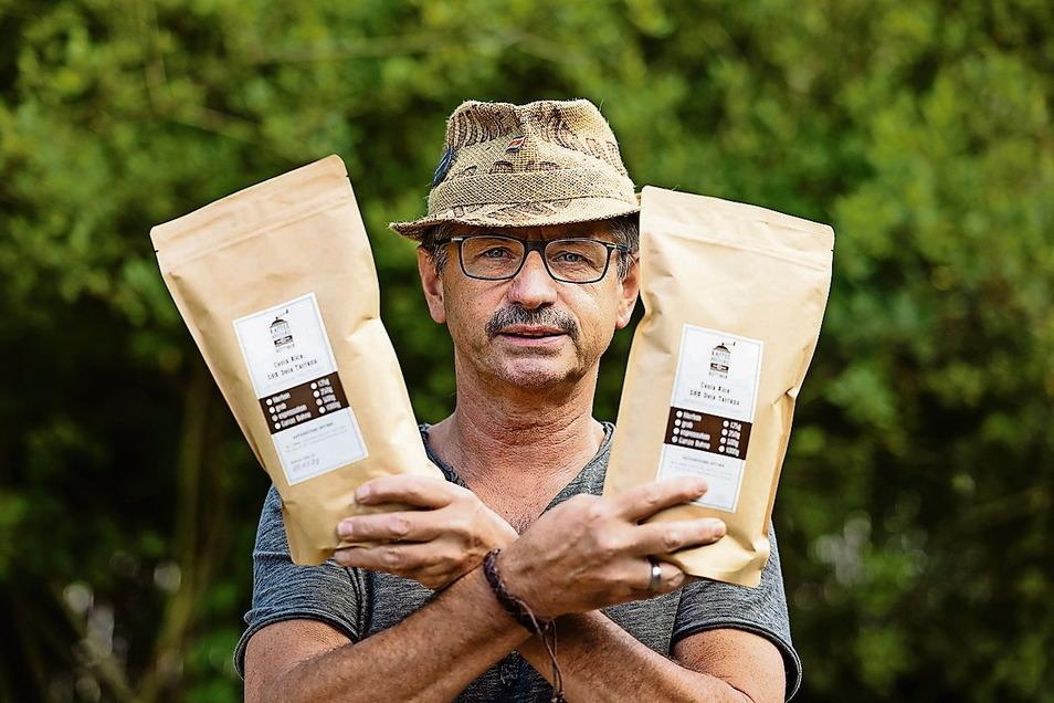 Peter Büttner aus Görlitz bietet bei der Marktschwärmerei in Görlitz selbst gerösteten Kaffee an. Er lasse den Bohnen bei seinem schonenden Verfahren viel Zeit, mehr als bei industriell hergestelltem Kaffee, wie er sagt. Er weiß viel über den Anbau, Herstellung, Verarbeitung und gibt gern Auskunft.