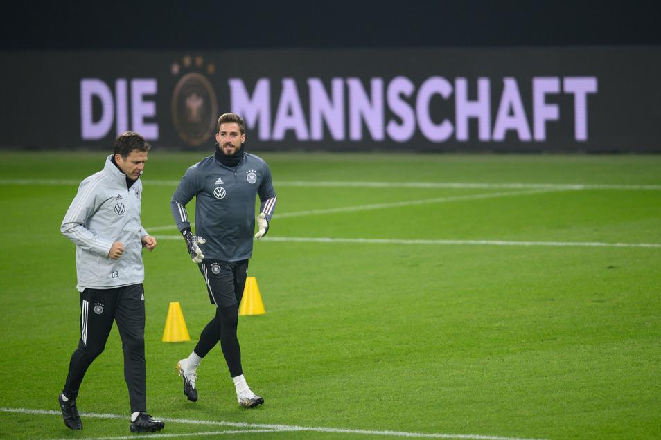 Nationalmannschaftsdirektor Oliver Bierhoff, hier links im Foto während des Trainings mit Torwart Kevin Trapp, will der Wahl Leipzigs als Spielort keine besondere Bedeutung zumessen.
