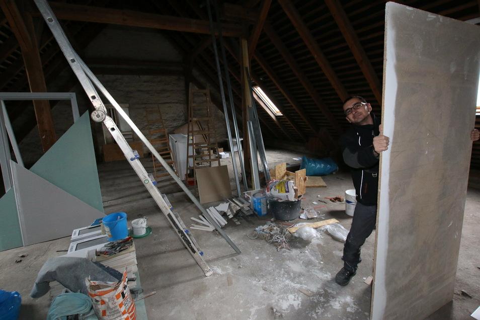 Michael Ehrlich in einem Teil des Dachgeschosses, der gerade als eine Art Werkstatt und Materiallager genutzt wird. So ähnlich haben die frisch sanierten Räume vordem auch ausgesehen..