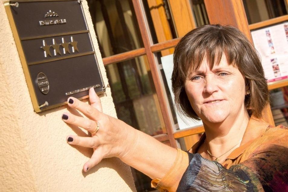 Hotelchefin Claudia Voß brachte gestern die neue Viersterneplakette neben dem Eingang an.