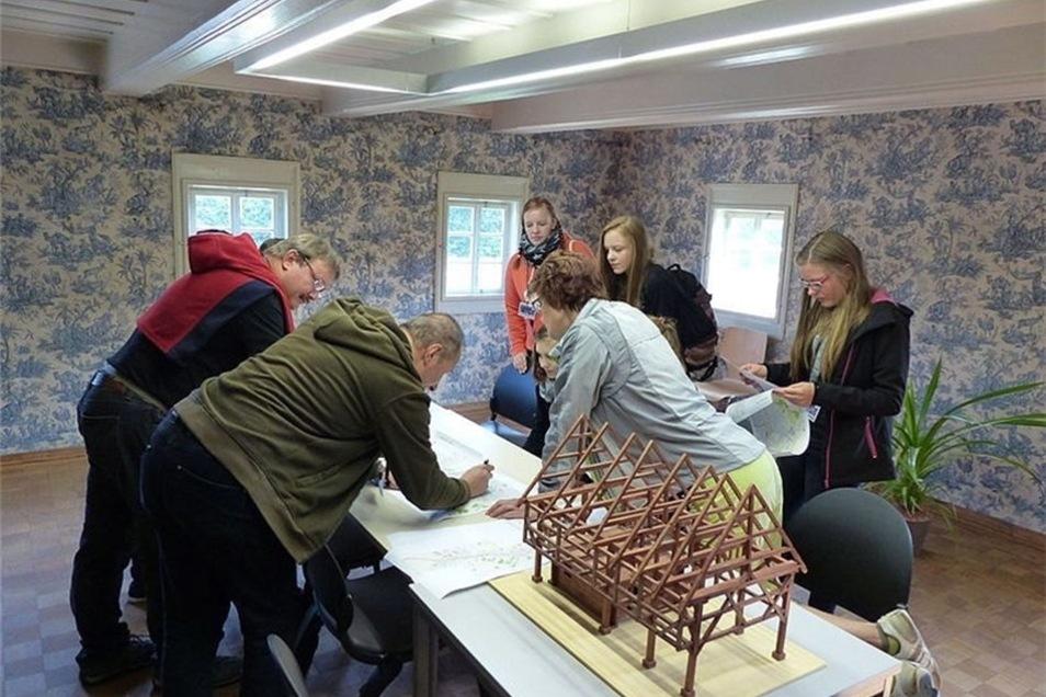 Fachliche Details erklärte den Schülern Arnd Matthes von der Stiftung Umgebindehaus.