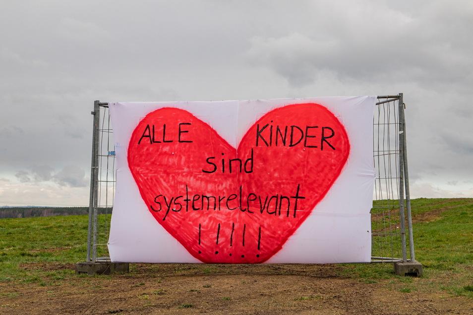 Ein Banner in Schönfeld am Ortsausgang Richtung Thiendorf.