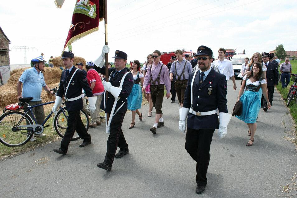 Beim Umzug zur 700 Jahr-Feier von Eckartsberg und 70 Jahre Ortsfeuerwehr durften auch die Kameraden aus der Partnergemeinde nicht fehlen.