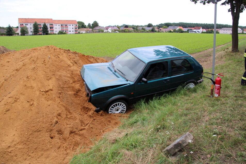 Auf der Flucht vor der Polizei landete ein Golffahrer am Dienstagnachmittag in Kamenz in einem Sandhaufen.