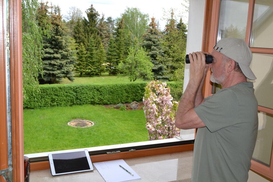 Mit Fernglas, Zählliste und ein Tablet zur Artenbestimmung – der Autor bei der Vogelzählung des Naturschutzbundes.