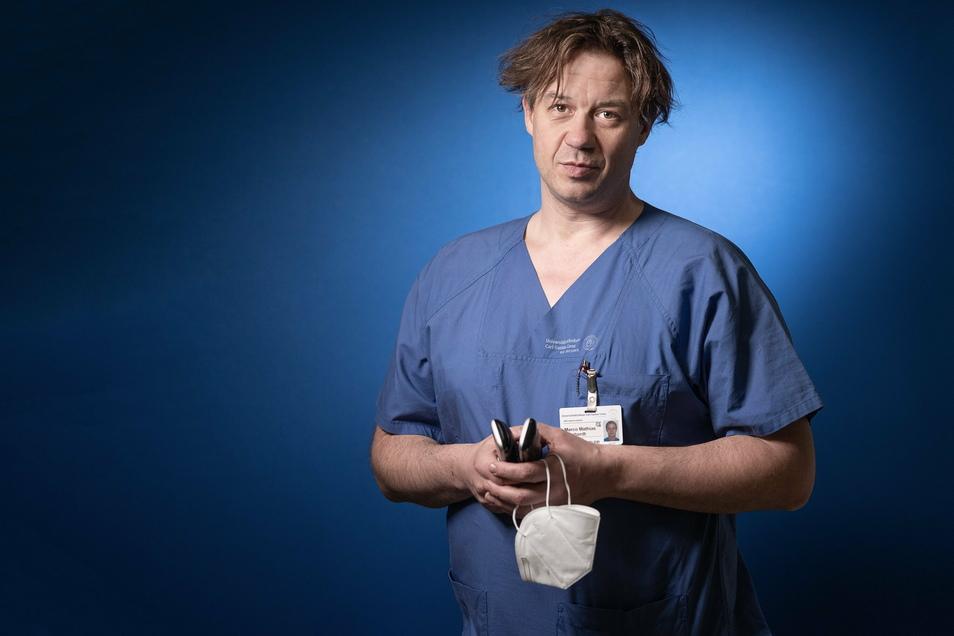 Marco Reinhardt, pflegerischer Leiter, arbeitet seit 20 Jahren als Intensivpfleger am Uniklinikum. Der 45-Jährige kümmert sich um Bettenbelegung und Personal, hält den Laden zusammen.