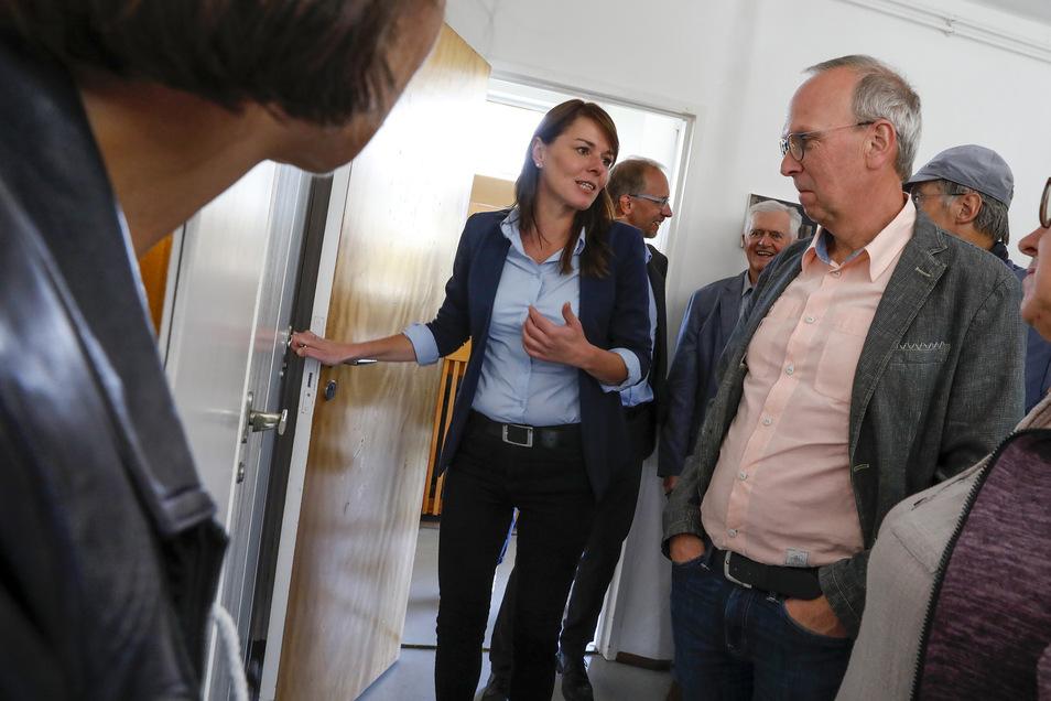 Claudia Muntschick führt Gäste durch das Gebäude.