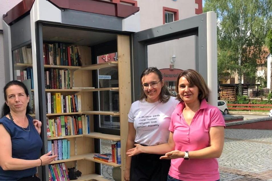 Grit Liebscher (v.l.), Victoria Siegler und Antje Northe haben die Bücher-Schenke am Höckendorfer Markt neu eingeräumt. Jetzt hoffen sie auf viele Leser und Tauscher.