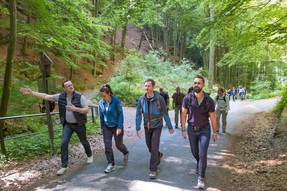 Gesundheitsminister Jens Spahn, Kretschmers Partnerin Annett Hofmann, Michael Kretschmer und SpahnsEhemann Daniel Funke (v.l.) auf dem Weg zur Idagrotte.