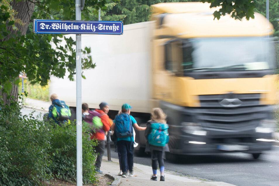 Unablässig rauscht der Verkehr die Pulsnitzer Straße in Radeberg entlang. Rund 12.000 Autos sind es jeden Tag, darunter viele Lkw.