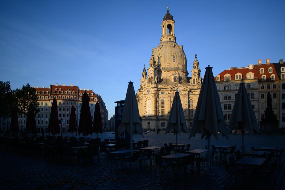 Sie Lage ist düster: Am Dresdner Neumarkt sind Sonnenschirme, Tische und Stühle von Restaurants geschlossen.