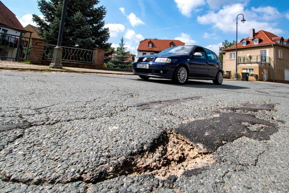 Die Karl-Marx-Straße in Ostrau ist eine Staatsstraße. Eine Sanierung im Auftrag des zuständigen Landesamtes für Straßenbau und Verkehr ist in übersehbarer Zeit nicht vorgesehen.